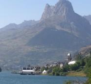 Escenario principal de Pirineos Sur flotando sobre el embalse de Lanuza./ (Paco Valiente)