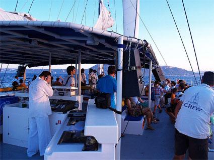 """Dj Paco Valiente durante una sesión del """"Catamarà Chill Out"""" frente a la bahía de Dénia. (Leyenda)"""
