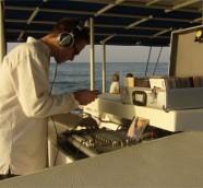 """DJ Paco Valiente durante una sesión en el """"Catamarán Chill Out"""" en Dénia (Alicante)."""
