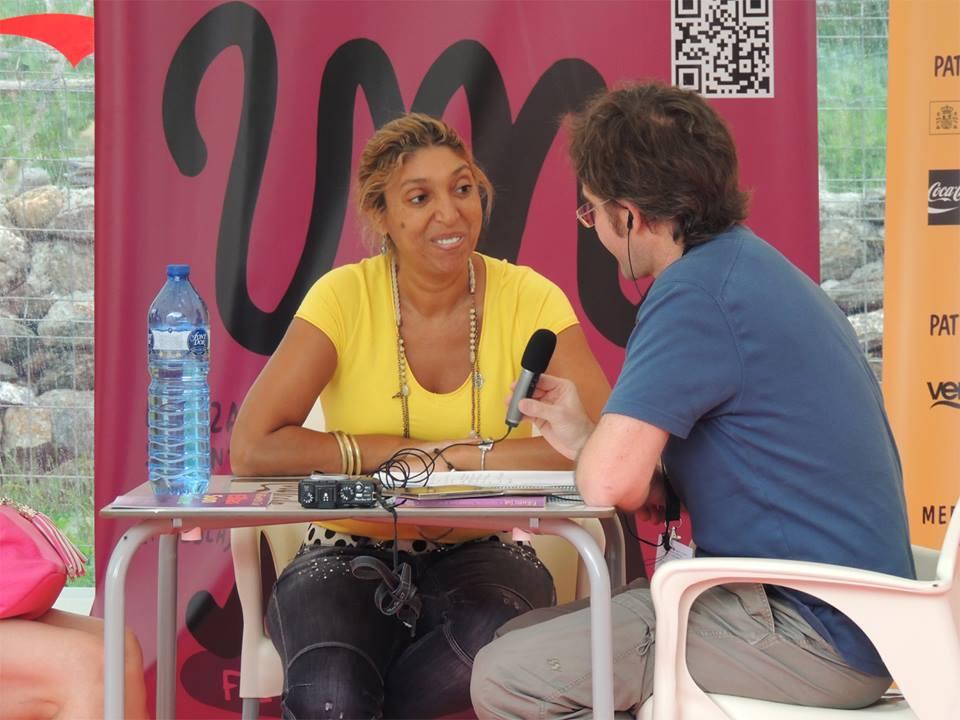 Paco Valiente entrevista a Esperanza Fernández en Pirineos Sur./ (Alicia Nuez)
