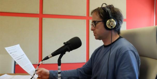 Paco Valiente en los estudios de UPV Radio durante la realización de un programa./ (J. Jimenéz)