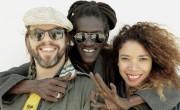 Cheikh Lô con Fixi y Flavia Coelho, invitados en el disco  'Balbalou'. / (Bernard Benant)