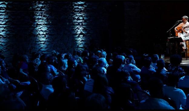 Javier Ruibal celebra 35 años de carrera cantando sus temas en directo con invitados./ (D. Cabrera)