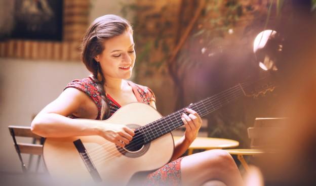 La cantante y guitarrista de Curitiba (Brasil) Thaïs Morell./ (Alfonso Calza)