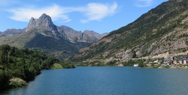 El escenario principal de Pirineos Sur flota en el embalse de Lanuza desde 1992./ (Paco Valiente)