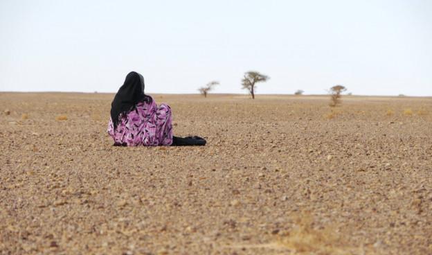 Aziza Brahim frente al desierto, en la portada del disco editado por Glitter Beat