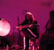 El multiinstrumentista Efrén López junto a Miriam Encinas y Meira Segal./ (Paco Valiente)