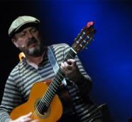 Javier Ruibal durante un concierto en Valencia./ (Paco Valiente)