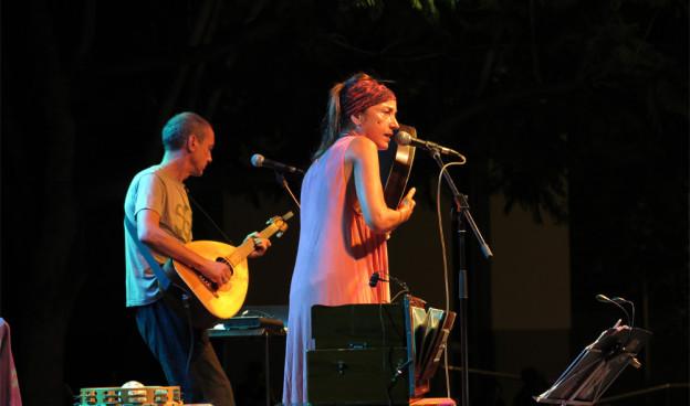 La artista griega Kristi Stassinopoulou durante un concierto en Valencia, julio de 2015./ (Paco Valiente)