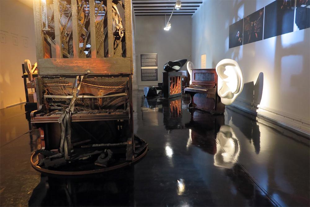 Muestra de los pianos de Carles Santos, en La Nau de Valencia./ (P.V.)