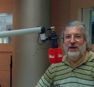 José Miguel López en los estudios de Radio 3 en la Casa de la Radio./ (Paco Valiente)