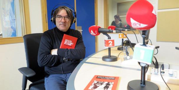 Javier Tolentino tras la entrevista en los estudios de UPV Ràdio en València./ /Paco Valiente)