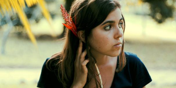 Dom la Nena, La compositora, cantante y chelista de Porto Alegre, Brasil