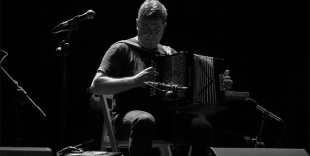 Kepa Junkera, el trikitilari bilbaíno durante un concierto en Valencia./ (Paco Valiente)