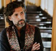 """El cantaor onubense Arcángel se encuentra  con un coro de voces búlgaras en """"Al este del cante""""./ (S. S.)"""