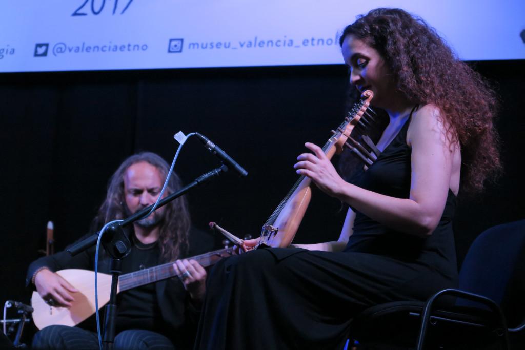 Efrén López y la compositora y virtuosa de la lira de Creta Kelly Thoma./ (Paco Valiente)