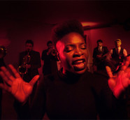 Maika Sitté es la vocalista de Freedonia, banda de referencia en la escena de la música soul y funk