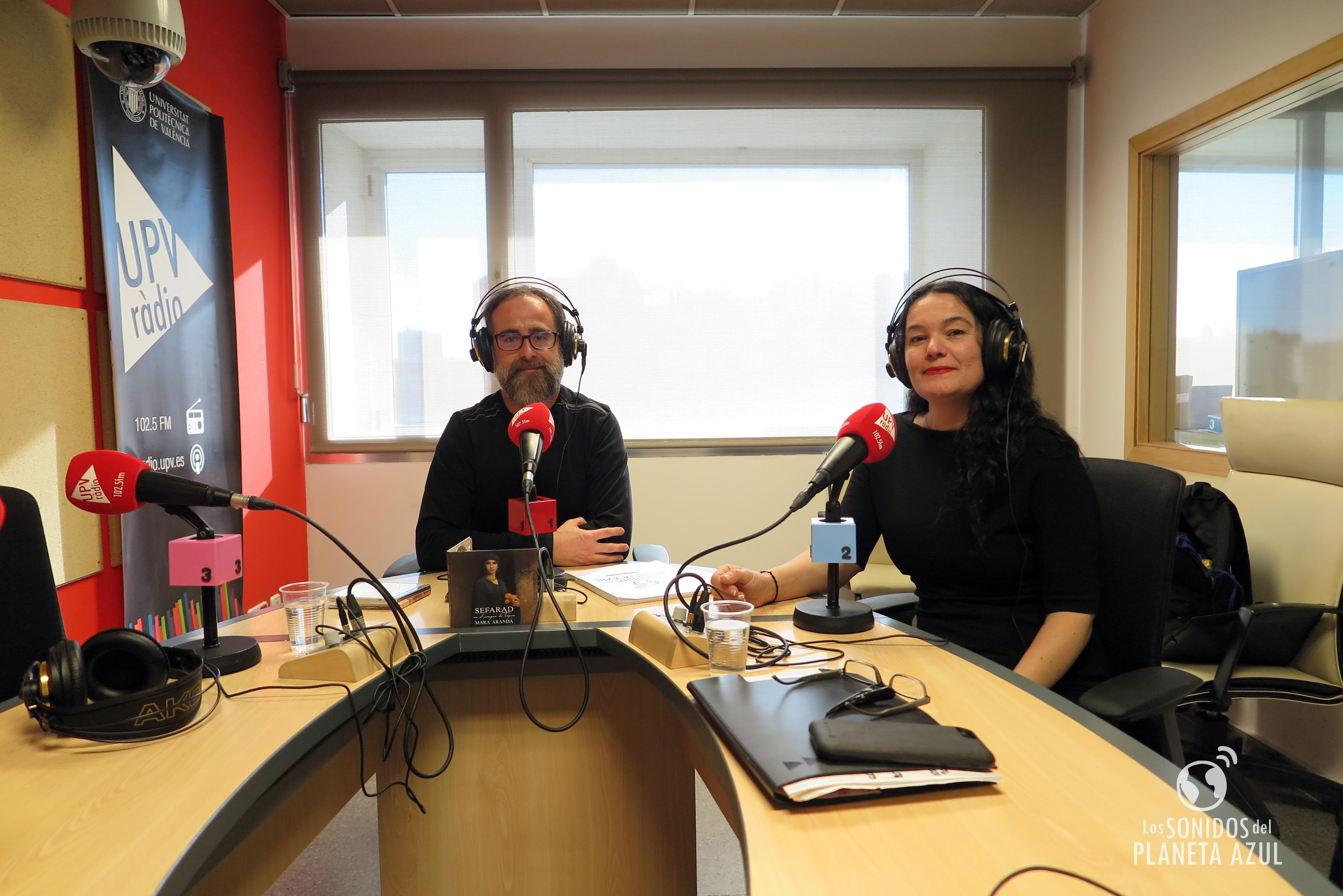 Grabación de la entrevista en los estudios de UPV Ràdio en València.