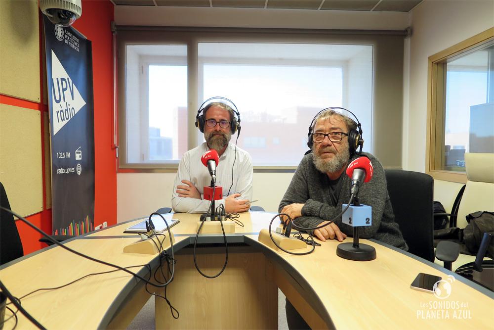 Miquel Gil en los estudios de UPV Ràdio en València