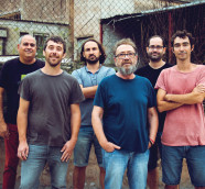 "Miquel Gil junto a la banda con la que presenta ""Geometríes"". (E. B.)"