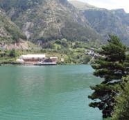 El Auditorio Natural de Lanuza sobre las aguas del embalse en el Valle de Tena./ (Paco Valiente)