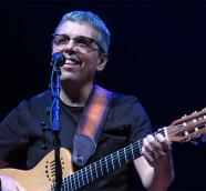 Pedro Guerra en el escenario de Les Arts de Valencia con la gira #Golosinas2018./ (Paco Valiente)