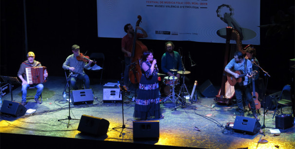 Uxía, la artista gallega en el  concierto inaugural de Etnomusic 2019, València./ (Paco Valiente)