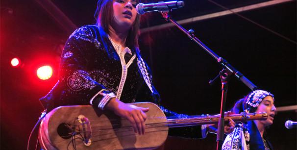 La joven Asmâa Hamzaoui, es la primera mujer que toca el guimbri profesionalmente./ (Paco Valiente)