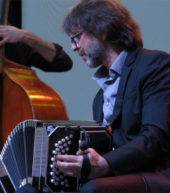 El compositor y bandoneonista Marcelo Mercadante, en el escenario de Etnomusic./ (Paco Valiente)