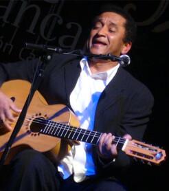 Waldemar Bastos durante su concierto en Castellón, en febrero de 2008./ (Paco Valiente)